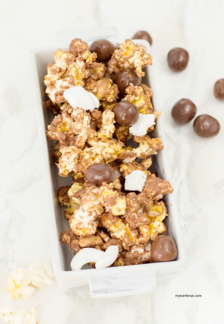 s'mores popcorn, chocolate covered popcorn, chocolate marshmallow popcorn. S'mores Popcorn