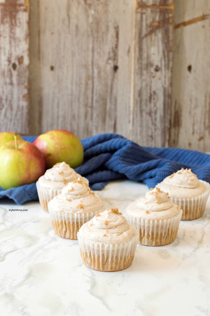 apple cinnamon cupcakes, cinnamon cupcakes, cinnamon frosting