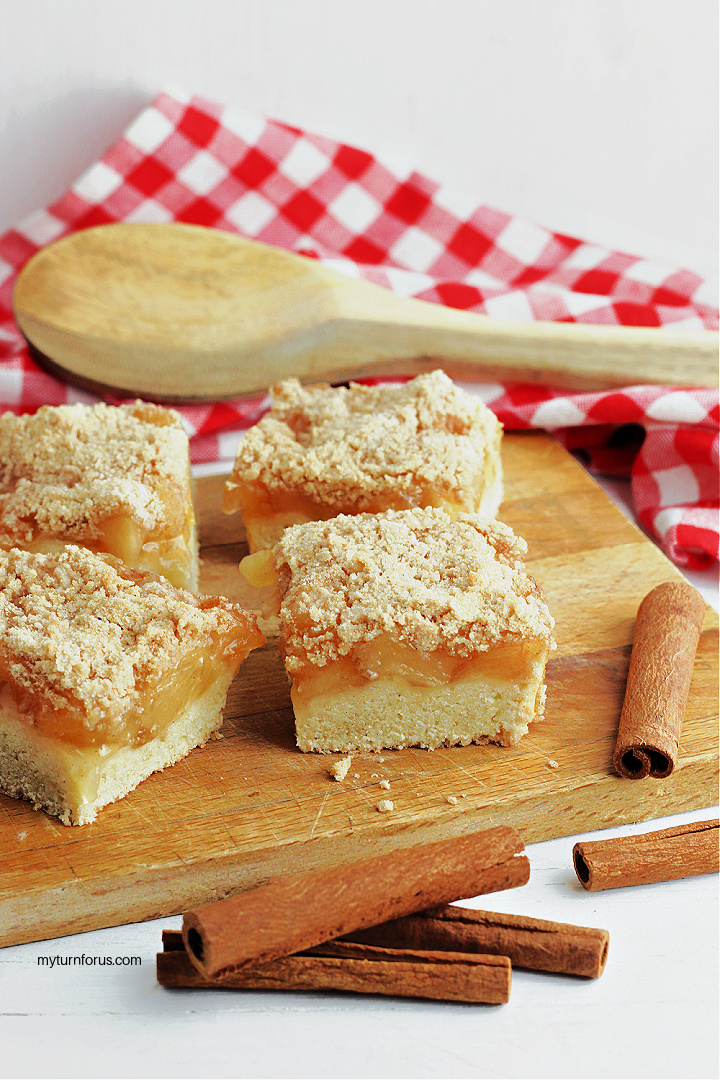 apple pie bars with streusel topping
