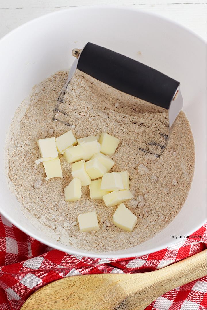 making streusel topping for apple pie bars